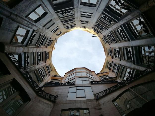 Casa Mila의 내부 안뜰과 아트리움의 전망. 바르셀로나, 스페인 프리미엄 사진