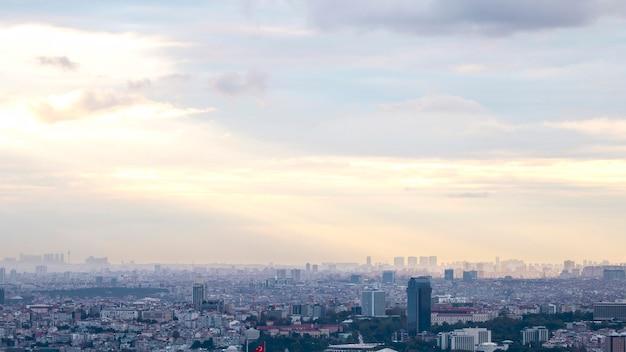 흐린 날씨, 여러 낮고 높은 건물, 안개와 햇빛이 구름을 뚫고 터키에서 이스탄불의 전망 무료 사진
