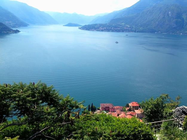 Вид на озеро в летний день Premium Фотографии