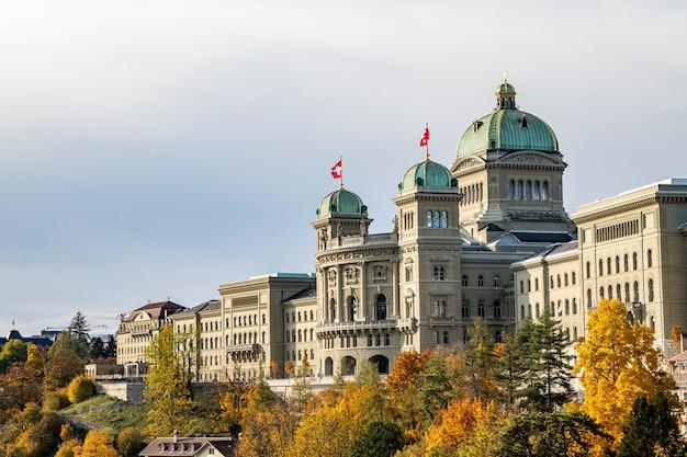 Kirchenfeldbruecke橋からのスイス議会(bundeshaus)の眺め Premium写真