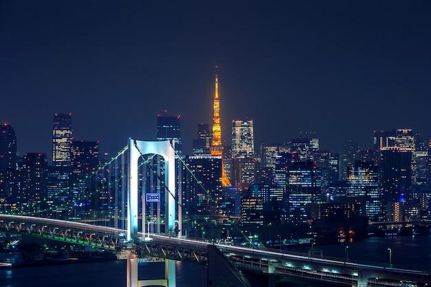 Вид на городской пейзаж токио ночью в японии. Бесплатные Фотографии