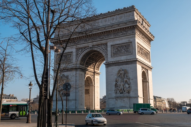 パリの凱旋門と交通の眺め。 Premium写真