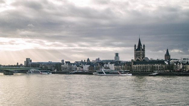 ドイツ、ケルンの聖マルティン教会と市庁舎の塔の眺め Premium写真