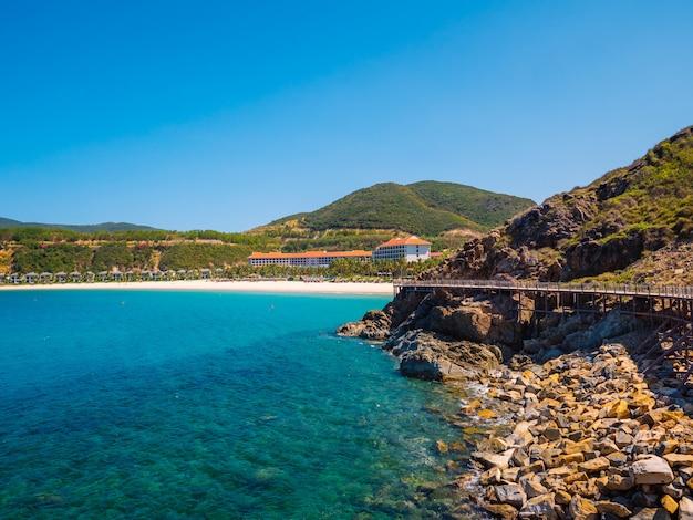 ビーチと岩だらけの島の海岸を見る Premium写真