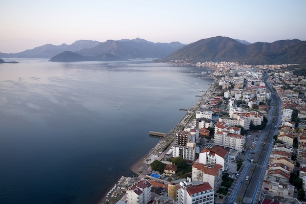 리조트 타운의 Marmaris, 터키를 통해 볼 수 있습니다. 바다, 건물 및 산 풍경. 인기있는 관광객 목적지. 프리미엄 사진