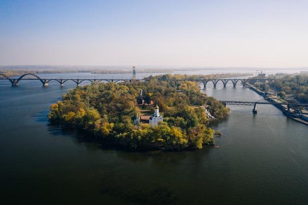 Вид на реку днепр в киеве. вид с воздуха беспилотный. Бесплатные Фотографии