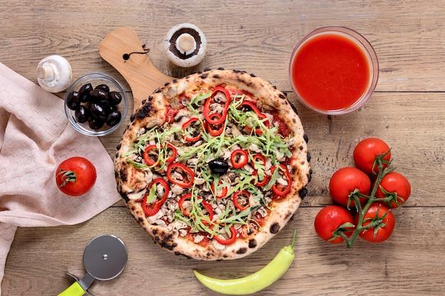 Sopra la vista pizza su fondo in legno Foto Gratuite