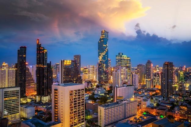 Точка зрения с крыши отеля из города бангкок с баром и фоном с двумя башнями, таиланд Premium Фотографии