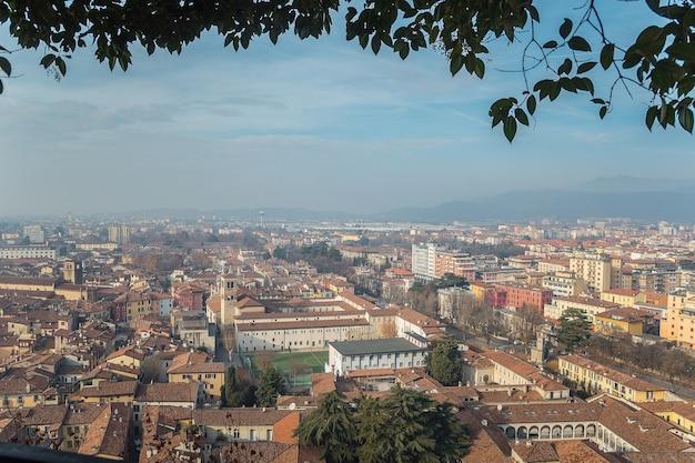 明るい青空を背景に晴れた晴れた日のブレシア市の城からの視点。ブレシア城。ブレシア、ロンバルディア、イタリア。 Premium写真
