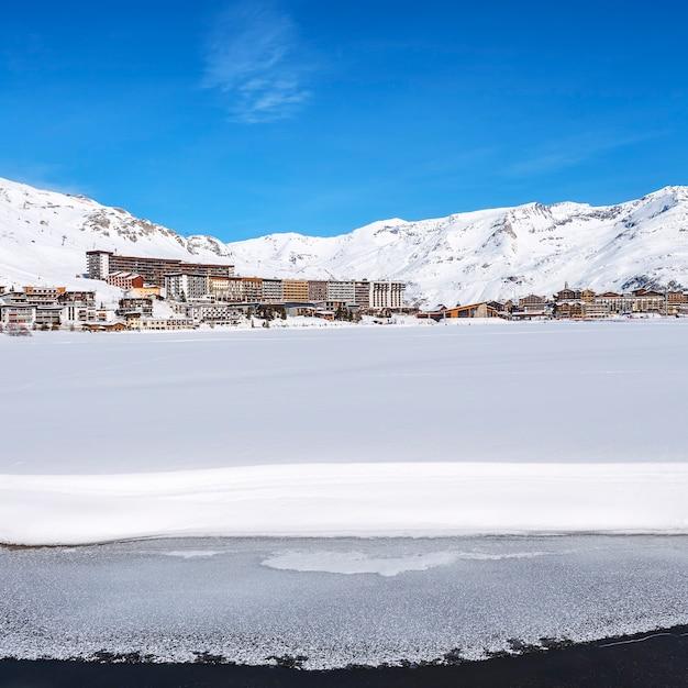 Vista del villaggio e del lago di tignes in inverno, francia. Foto Gratuite