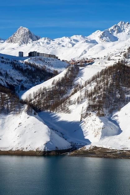Vista del villaggio di tignes in inverno con il lago, francia. Foto Gratuite