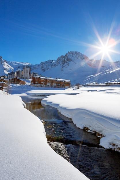 Vista del villaggio di tignes con sole e torrente, francia. Foto Gratuite