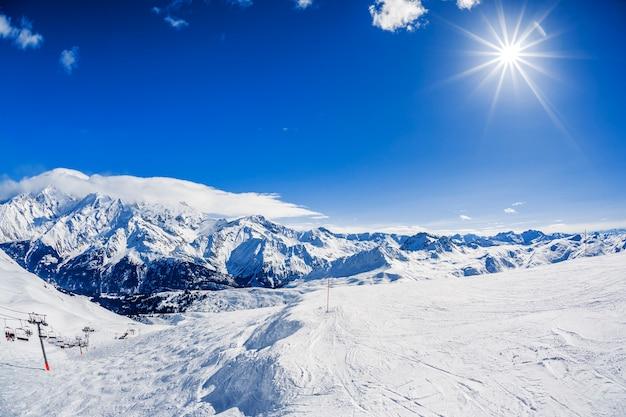 Vista del paesaggio montano invernale con il sole Foto Gratuite