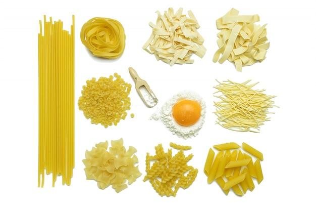 イタリアのパスタ、小麦粉、鶏の卵のコレクション分離トップviewb Premium写真