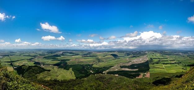 タウポのタウハラ山の頂上からの眺め、これは南を振り返っています(湖は右側の画面外にあります) Premium写真