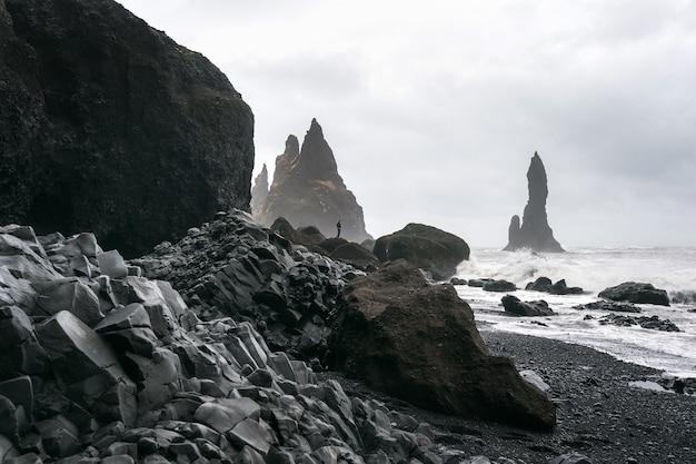 アイスランドの黒砂ビーチ、vikと玄武岩の柱。 無料写真