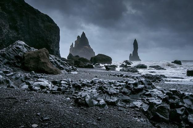 Вик и базальтовые колонны, пляж с черным песком в исландии. Бесплатные Фотографии