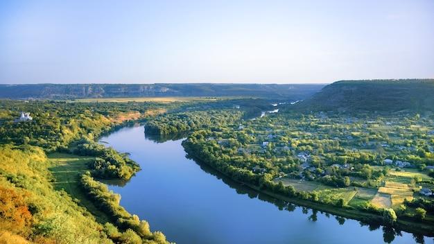 Деревня с православной церковью, река разделяется на две части Бесплатные Фотографии