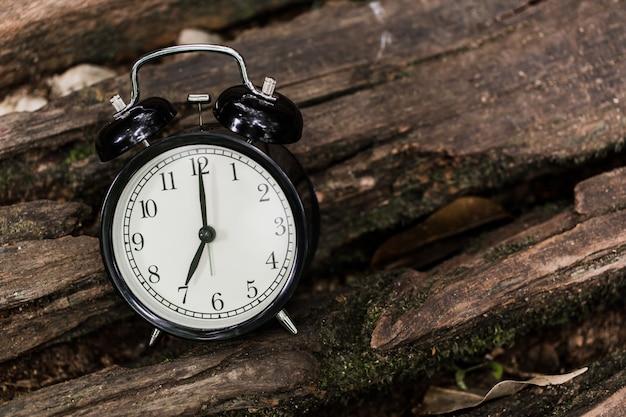 Старинный будильник, приуроченный к 7 часам Premium Фотографии