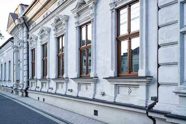 ヴィンテージ建築の古典的なファサードの建物。 無料写真