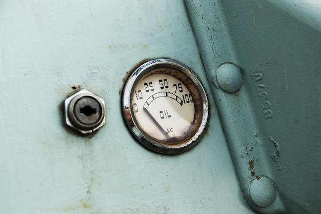 Un indicatore di livello dell'olio per auto d'epoca. Foto Gratuite