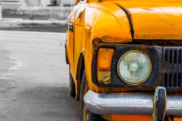 Auto d'epoca gialla. avvicinamento. rotto. Foto Gratuite