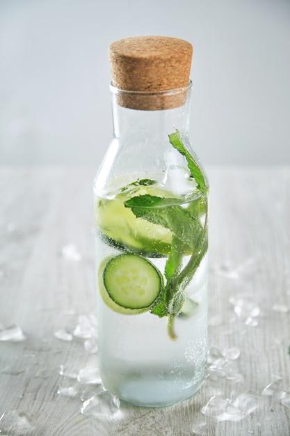 アルコールなしのモヒートのような冷たい新鮮なキュウリミントライムレモネードで満たされたヴィンテージガラス瓶 無料写真