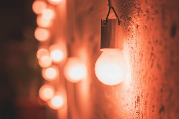 Старинные светильники у стены Premium Фотографии