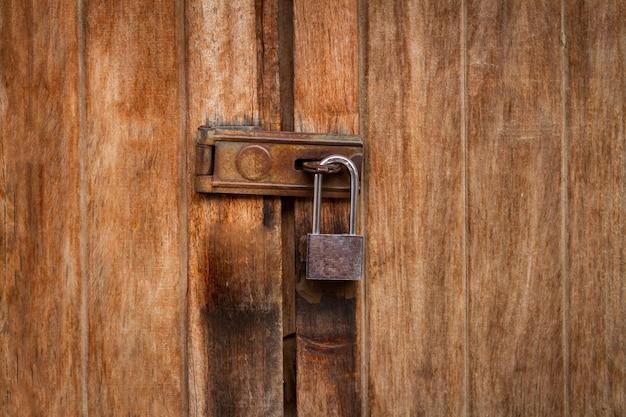 갈색 나무로되는 문 배경, 근접 촬영에서 체인 빈티지 잠긴 된 자물쇠 프리미엄 사진