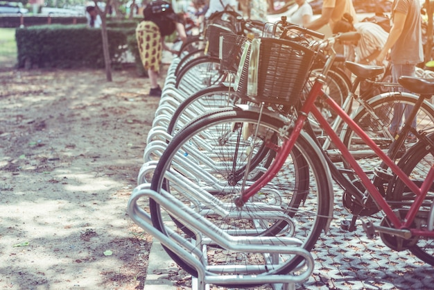 公園に駐車した自転車のヴィンテージ Premium写真