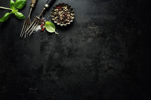 Vecchia coltelleria rustica d'annata su buio Foto Gratuite