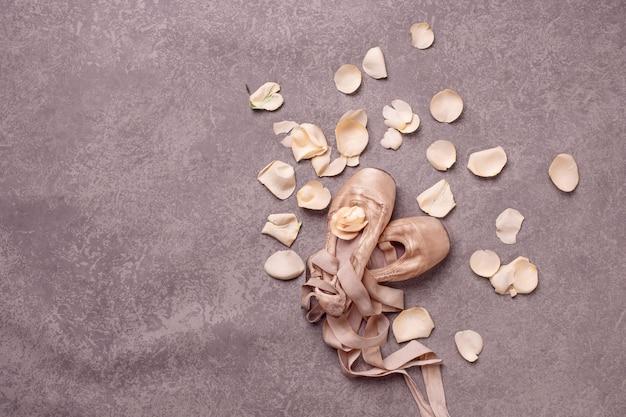バラとバレエシューズのヴィンテージの静物 無料写真