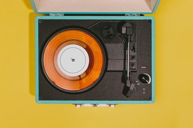 Винтажный проигрыватель с желтой поверхностью Бесплатные Фотографии