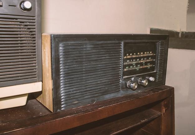 テーブルの上のビンテージテレビとラジオ Premium写真