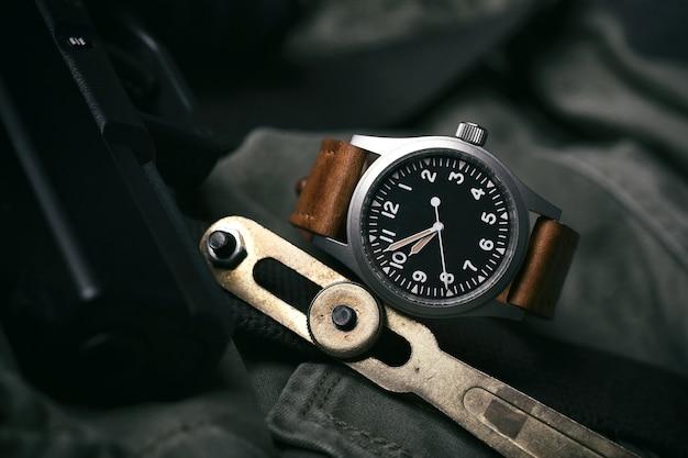 レザーストラップ付きヴィンテージ時計 Premium写真