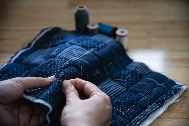 木製のテーブル - 人と手作りdiy家事コンセプトに刺繍入り手でビンテージ女性縫製布 無料写真