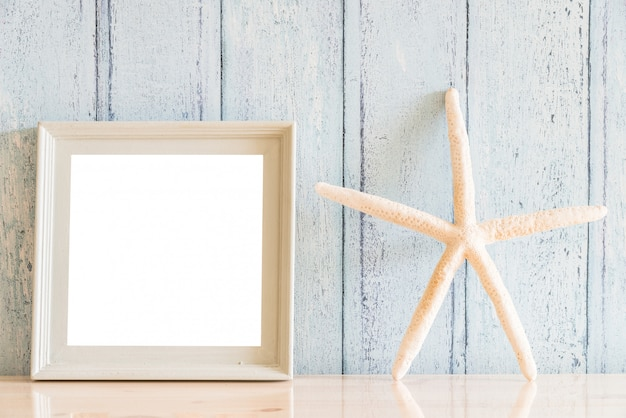 Vintage wood blank photo frame with summer concept Free Photo