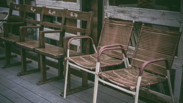 ヴィンテージの木製の椅子 Premium写真