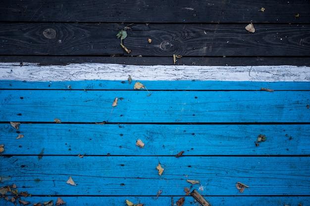 ヴィンテージの木製ダークウッド、半分は青で塗装。 無料写真