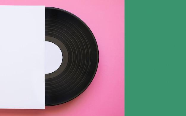 Виниловый макет на розовом и зеленом фоне Бесплатные Фотографии