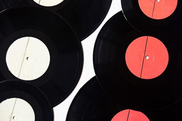 Виниловые пластинки разного диаметра на белом Premium Фотографии