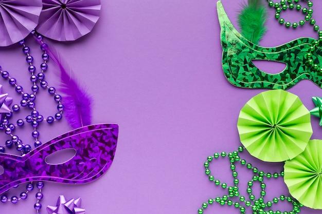 보라색과 녹색 마스크와 진주 목걸이 프리미엄 사진