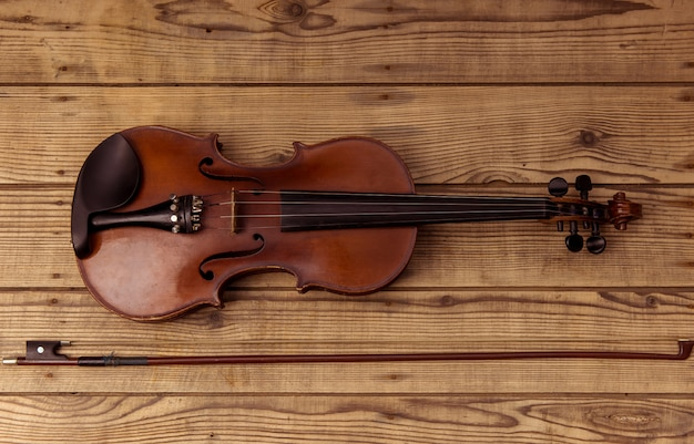 Violin close up lying on the wood table. Premium Photo