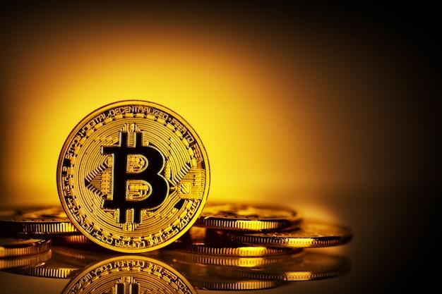 Виртуальная валюта биткойн на желтом фоне Premium Фотографии