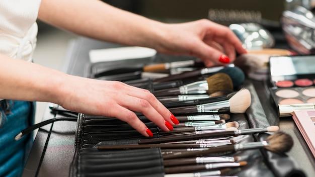 Visagiste with set of brushes Free Photo