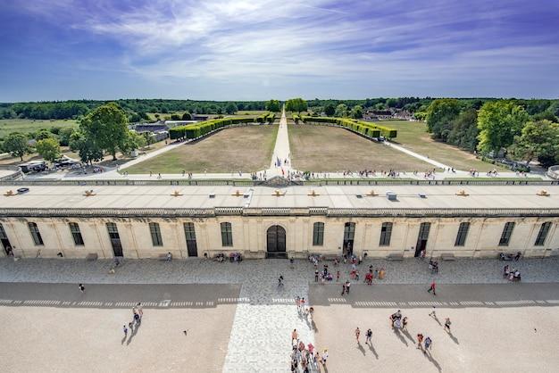 Vistas desde el castillo de chambord, desde donde se ve los turistas que visitan y parte de los jardines Premium Photo