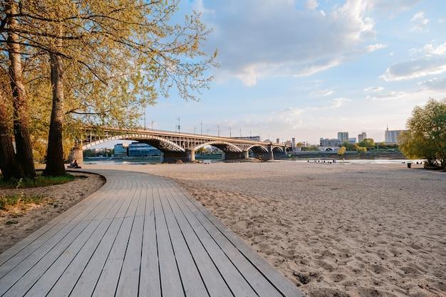 ワルシャワのポニアトフスキ橋近くのヴィスワ川沿いのビーチ Premium写真