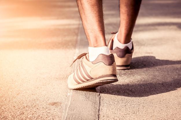 朝の時間にトレイルジョギング運動を歩いている男、vitageフィルター Premium写真