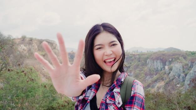 山のてっぺんにブロガーアジアバックパッカーの女性記録vlogビデオ 無料写真