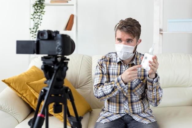 手の消毒剤を使用して自宅でビデオを記録するvlogger 無料写真